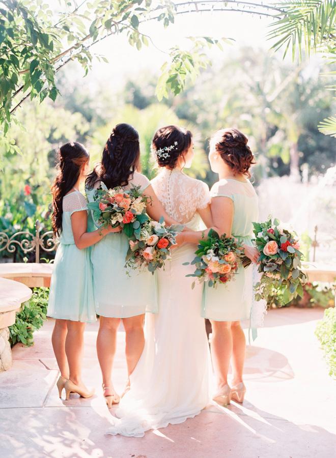 Damas de honor apoyando a la novia