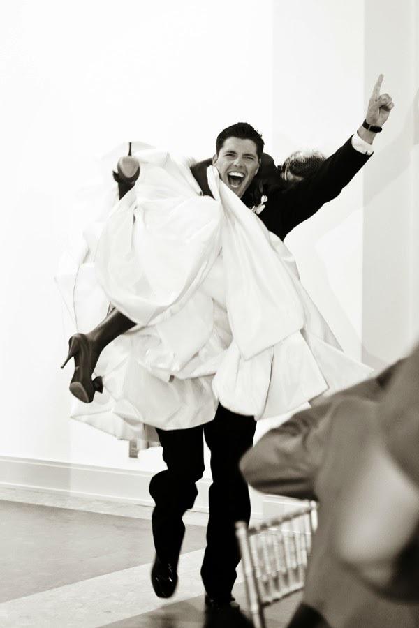El novio cargando a la novia  - Divertidas ideas de fotos originales para la Boda
