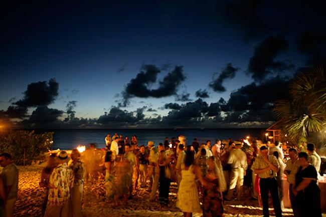 Invitados divertidos en una boda en la playa