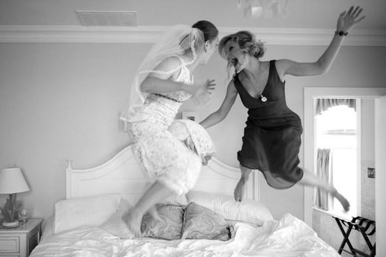 La novia y la dama de honor brincando en la cama - Divertidas ideas de fotos originales para la Boda