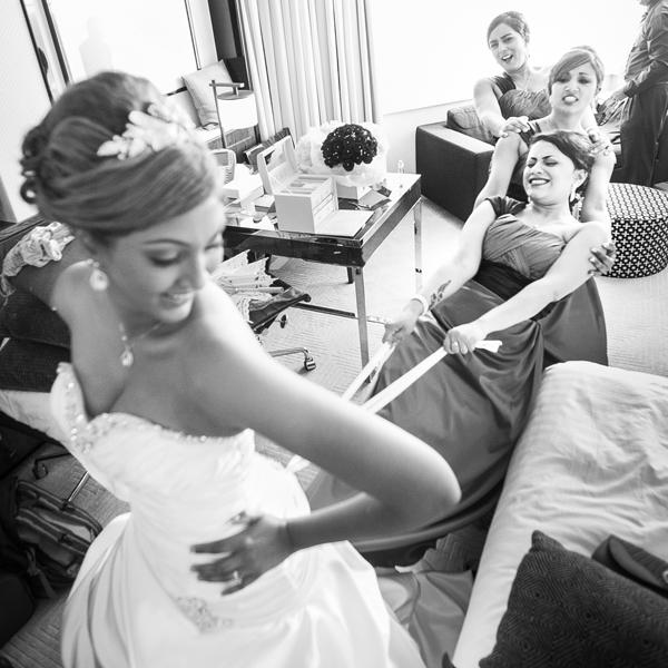 Las damas ayudando a la novia con el vestido  - Divertidas ideas de fotos originales para la Boda