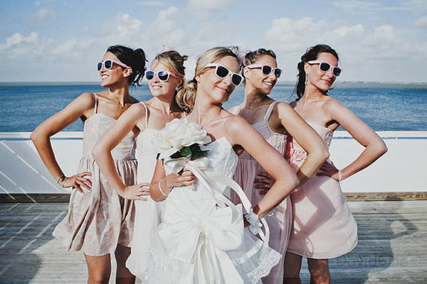 Las damas de honor con lentes  -  Divertidas ideas de fotos originales para la Boda