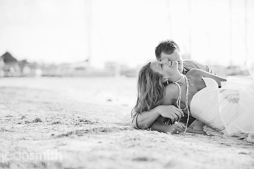 Los novios en la playa