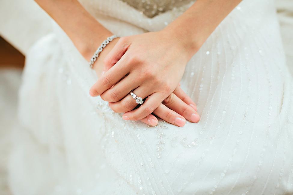 Novia usando anillo de compromiso