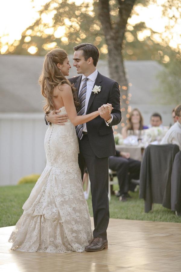Novios bailando el vals  | 35 fotos de la boda que no te pueden faltar
