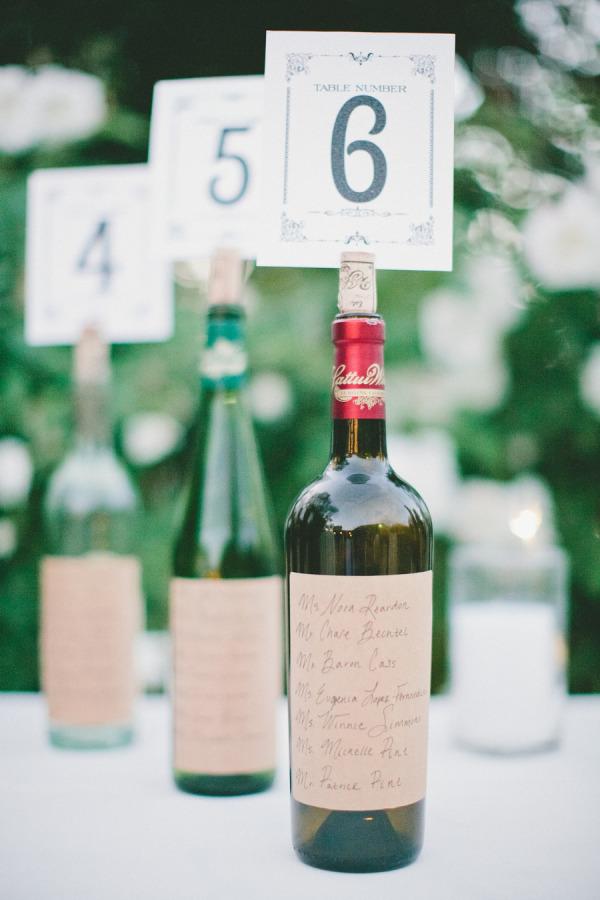 Números en botellas para numerar las mesas de la boda