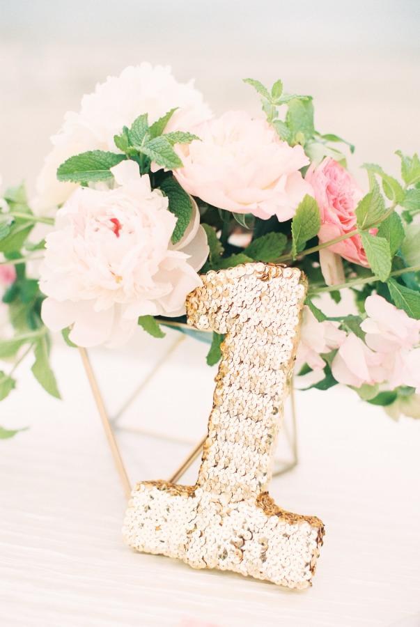 Números para la mesa de la boda en dorado