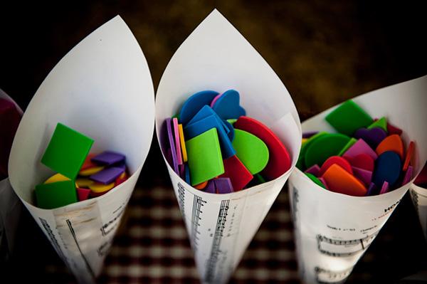 Sustituye el arroz de boda con papelitos de colores en diferentes formas