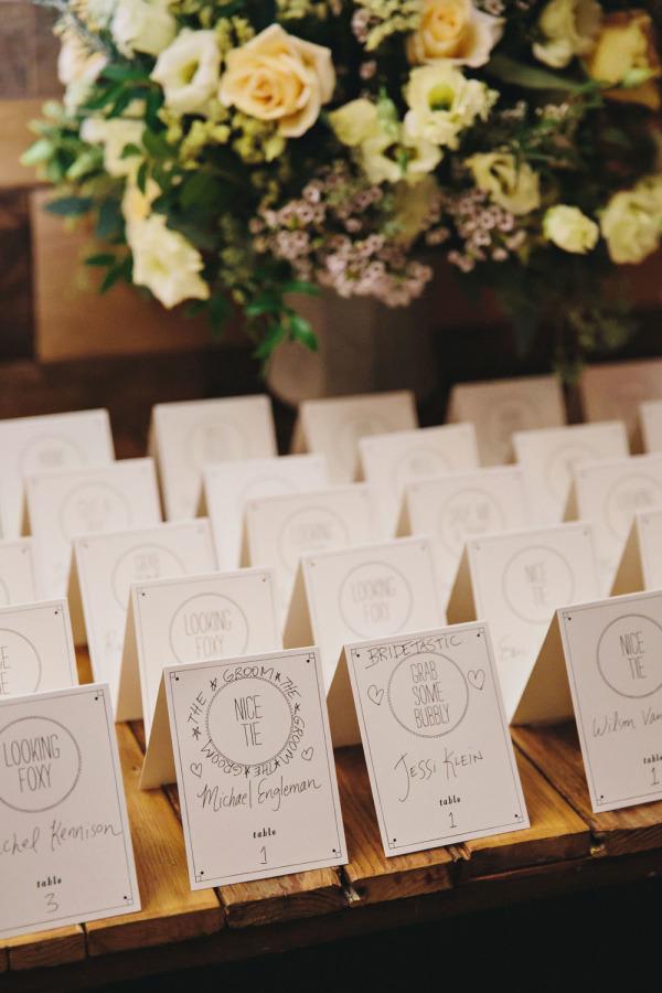 Tarjetas con los nombres de los invitados