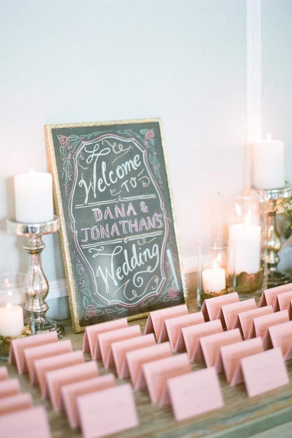 Tarjetas personalizadas con los nombres de los invitados y el numero de su mesa