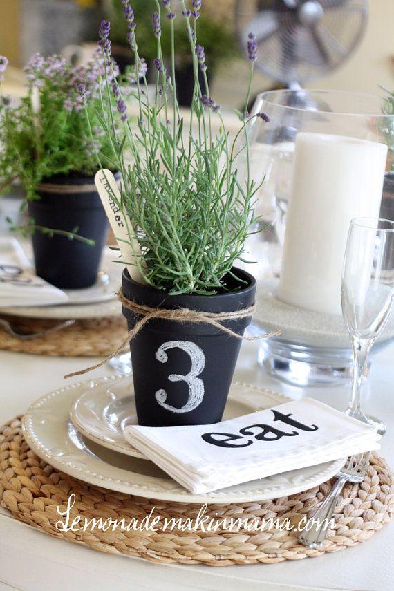 Maceta con gis para los numeros de las mesas de la boda