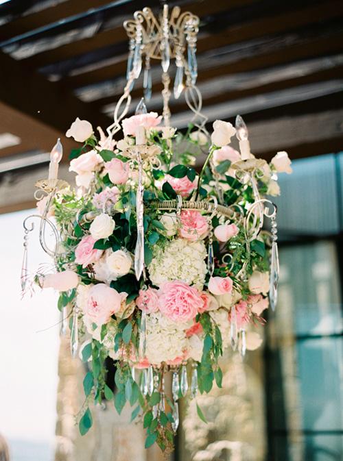 Candelabro con rosas |  Ideas para decorar la boda con rosas