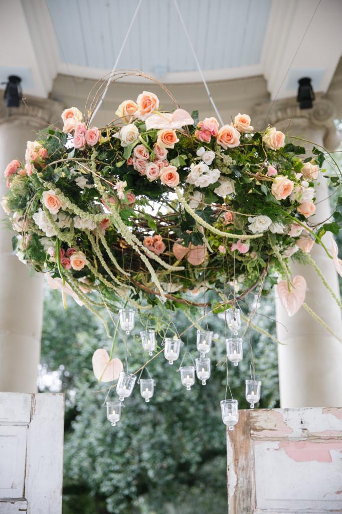 Candelabro decorado con rosas |  Ideas para decorar la boda con rosas