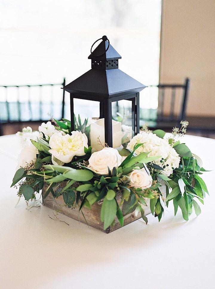 Centro de mesa con lampara y flores | |  Ideas para decorar la boda con rosas
