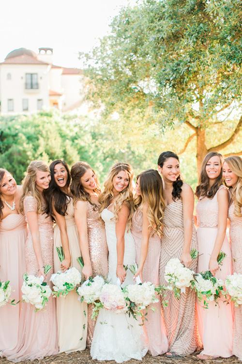 Damas de honor usando vestidos del mismo color y modelos diferentes