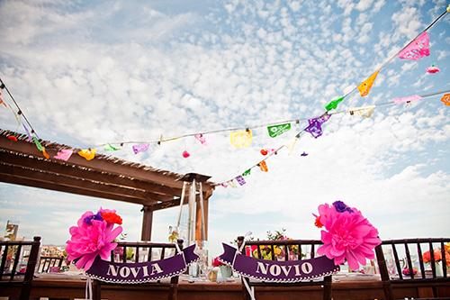 Decoración de las sillas de los novios en una boda estilo mexicano chic