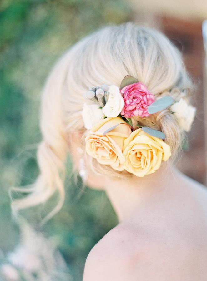 Detalle de rosas naturales en el cabello de la novia