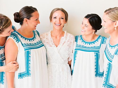 Las damas de honor vistiendo trajes típicos mexicanos