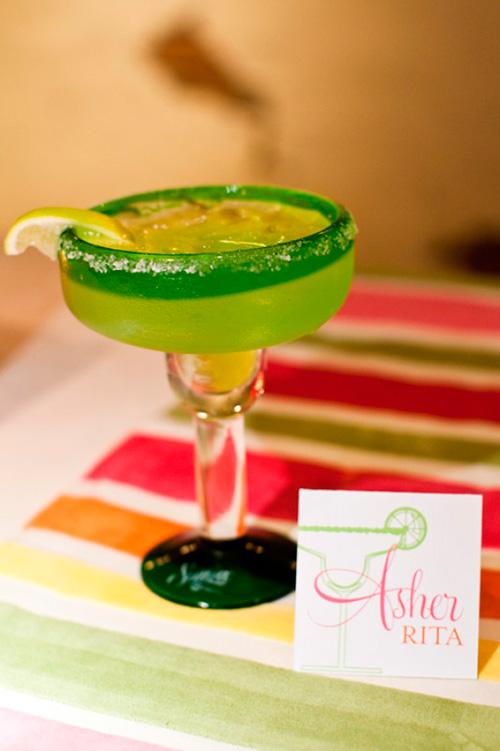 Margaritas para los invitados en una boda estilo mexicano