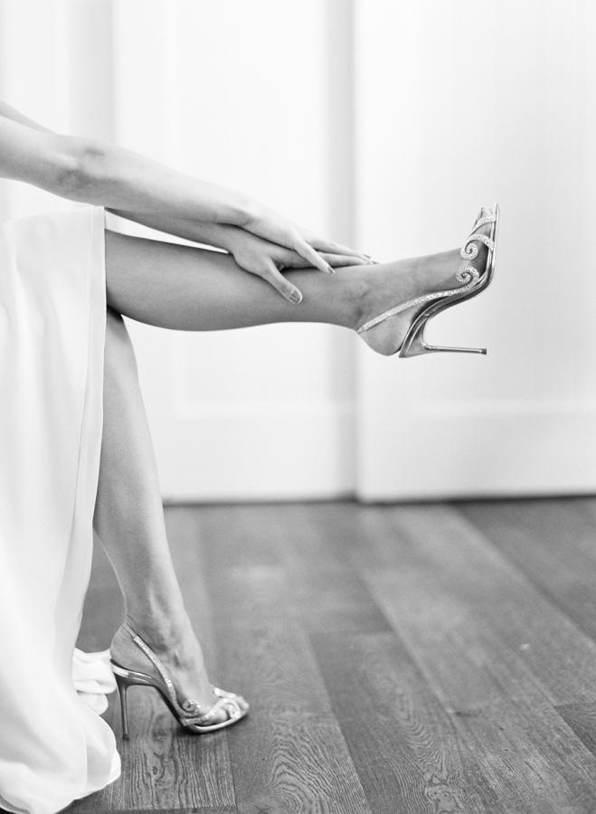Novia usando zapatos glamourosos