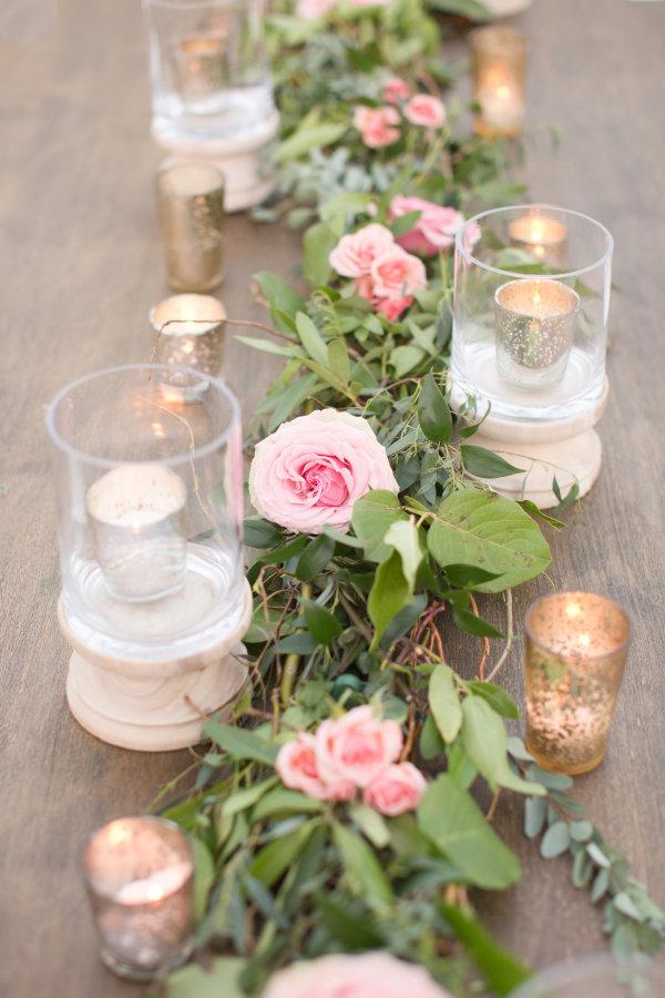 Rosas en la decoración de las mesas de los invitados