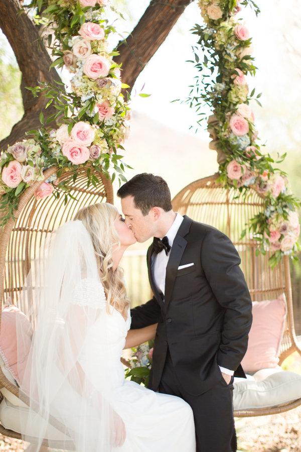 Rosas en sillas colgantes | Ideas para decorar la boda con rosas