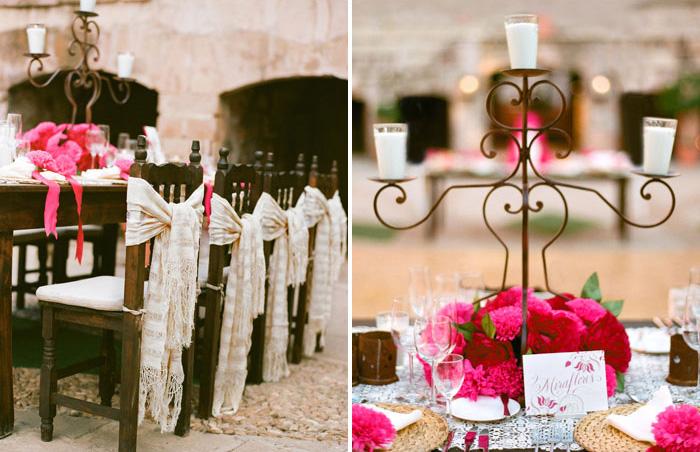 Sillas con rebozos como decoración en una boda estilo mexicano