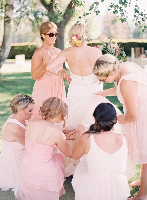 Vestidos de dama desiguales: Diferentes modelos y diferentes colores
