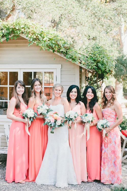 Vestidos de damas de honor desiguales en tono coral