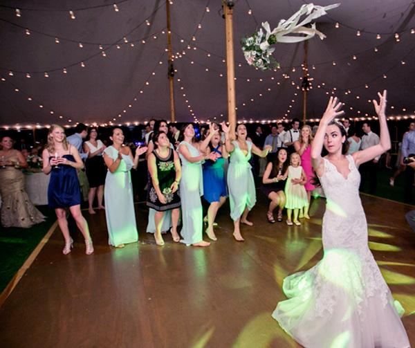 Aventar el ramo en una boda mexicana