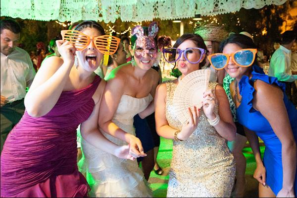 Todos los invitados bailan en una boda mexicana