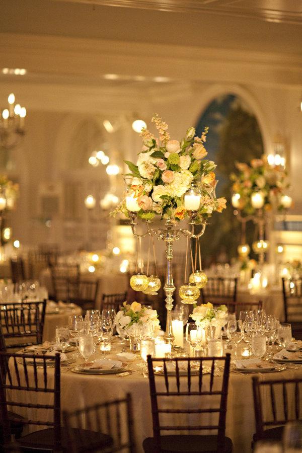 Centro de mesa con candelabro y velas colgando