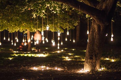 Decora la boda con velas colgando de los arboles