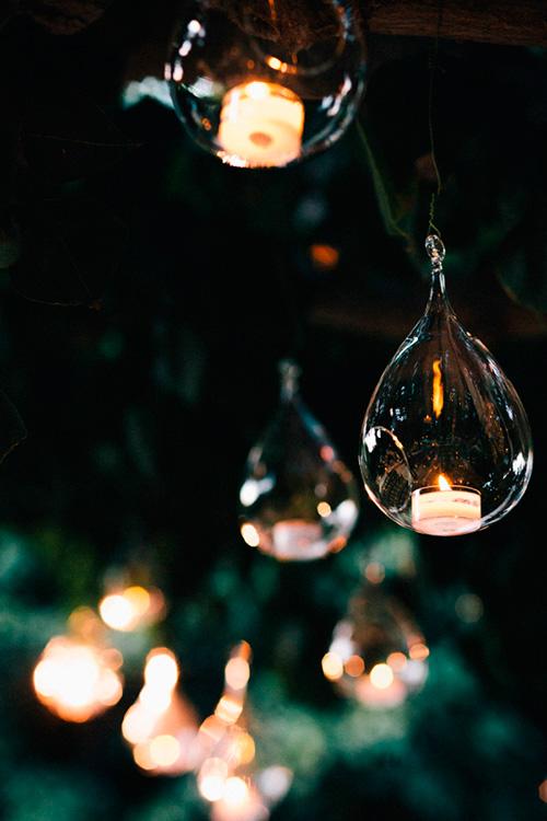 Decoración de la boda con velas en esferas de cristal