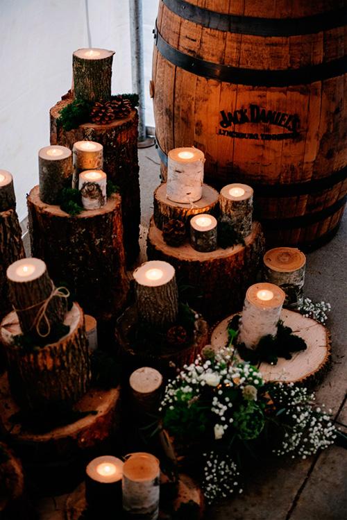 Decora la boda con velas y troncos