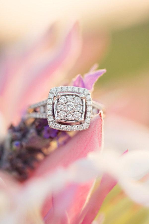 Foto de tu Anillo de compromiso en una flor