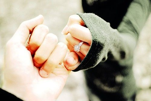 Foto con tu anillo de compromiso, tomándote de la mano con tu novio