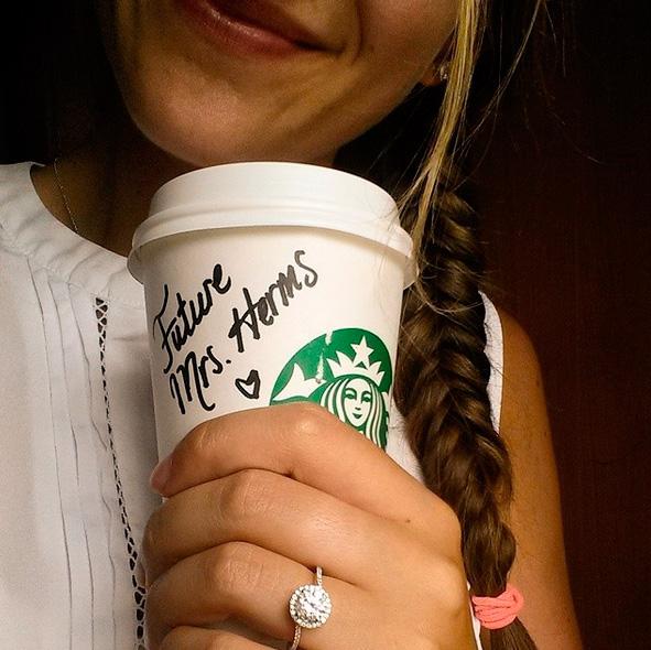 Selfie con tu anillo de compromiso tomándote un café