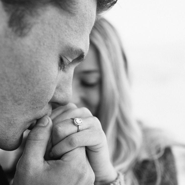 Foto del novio besando la mano de la novia