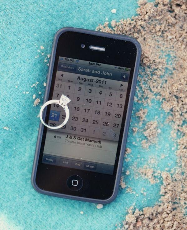Foto mostrando la fecha de la boda con el anillo de compromiso