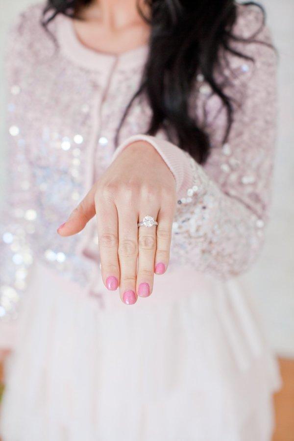 Mostrando tu anillo de compromiso