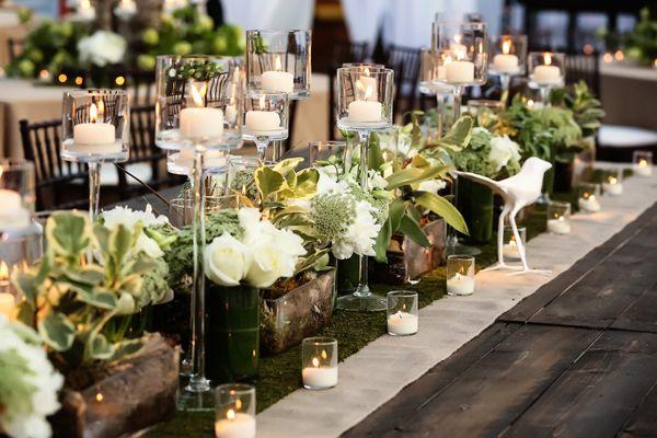 Velas sobre las mesas de la boda