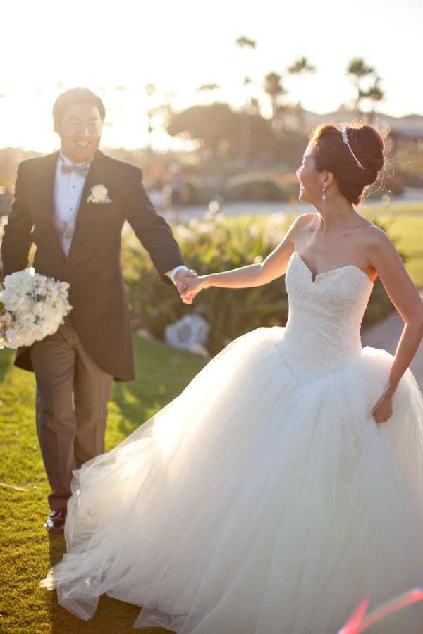Vestido de novia estilo princesa con falda amplia y tul