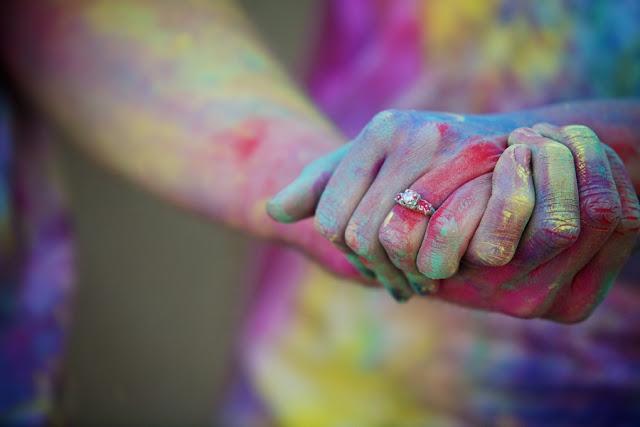 5 Ideas de utilería para la sesión de fotos en pareja: Polvos de colores
