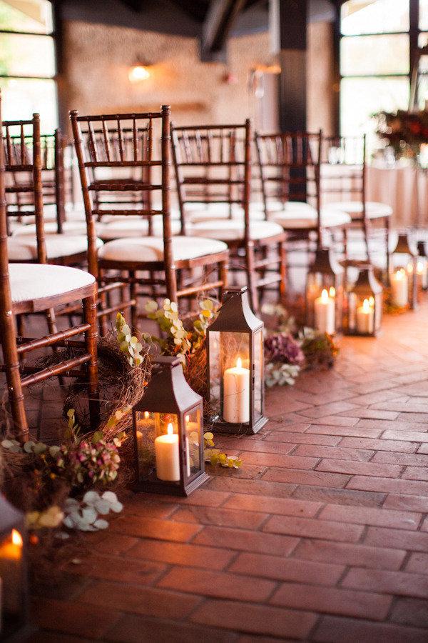 Linternas con velas para decorar el pasillo de la boda