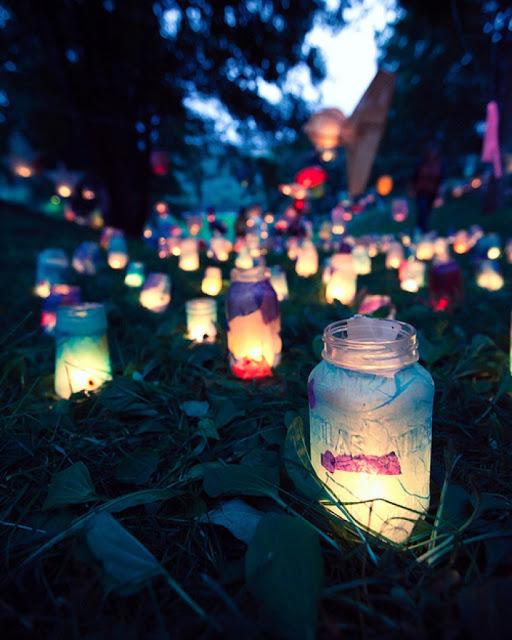 Iluminacion nocturna con frascos de cristal para la boda