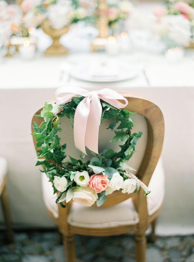 Silla de los novios decorada con flores y follaje