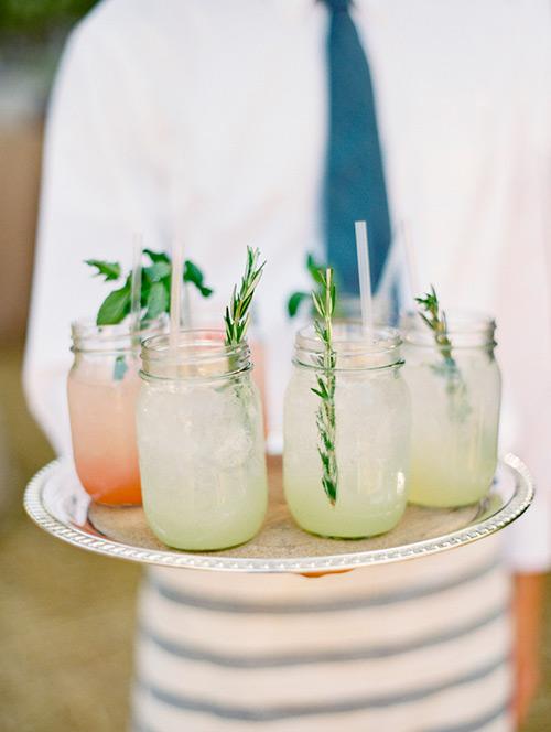 Bebidas para la boda en frascos de vidrio