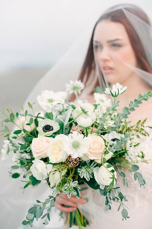 Flores blancas naturales en el ramo de la novia