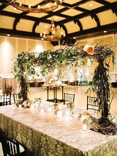 Decoración colgante para las mesas de los invitados